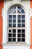 Kuskovo-Park in Moskau Altes Fenster eines hölzernen Palastmuseums Stockfotografie