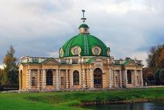 Kuskovo parkerar i Moskva Grotta 1755-61 som dekoreras för de tidiga 1770sna Royaltyfri Fotografi