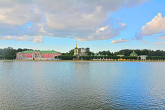 Kuskovo-Zustand und großer Palast stauen in Moskau Lizenzfreie Stockbilder