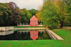 Kuskovopark in Moskou Nederlands huis De herfstaard en vijver stock afbeelding