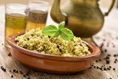 Kuskus mit Gemüse und Tee auf einem rustikalen Holztisch Stockfotos