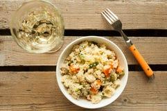 Kuskussalat mit Huhn, Zucchini und Karotte Stockbilder