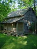 Kuslig övergiven kabin i lantliga Tennessee Arkivfoton