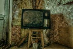 Kuslig bruten television i smutsigt rum av det övergav huset royaltyfria foton