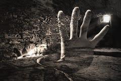 Kuslig hand i den mörka cellen, scarry tunnelbana royaltyfri foto