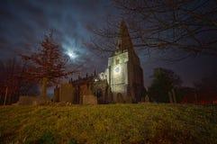 Kuslig kyrka och kyrkogård Arkivbild