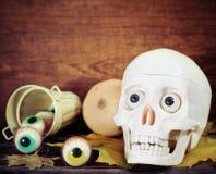 Kuslig skalle, halloween sötsaker och pumpor Royaltyfria Bilder