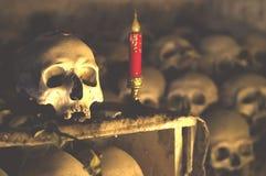 Kuslig skalle och stearinljus i Fontanellekyrkogård Fotografering för Bildbyråer