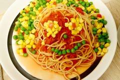 Kusliga seende 'mat-framsidor som göras av spagetti, tomatsås och grönsaker royaltyfria bilder