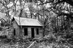 Kusligt övergett hus arkivfoton