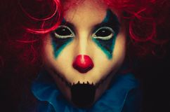 Kusligt clownslut upp den halloween ståenden på svart bakgrund royaltyfria foton