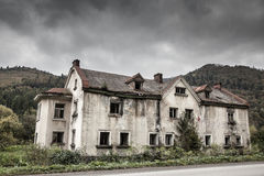 Kusligt gammalt hus arkivbilder