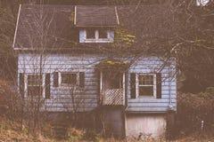Kusligt gammalt hus i tr?na royaltyfria foton