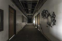 Kusligt hall i ett övergett sjukhus Arkivbilder