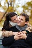 Kuss auf der Backe im Herbst lizenzfreie stockfotografie