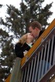 Kuss auf einer Brücke lizenzfreie stockbilder