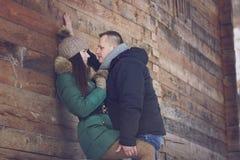 Kuss auf romantischem Winter-Weg Stockbilder