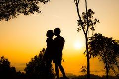 Kuss auf Spitze des Berges Stockfotos