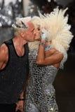 Kuss der Designer David Blond und Phillipe Blonds auf der Rollbahn an der Blonds-Modeschau Stockbild