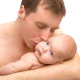 Kuss eines Vaters Lizenzfreie Stockfotos