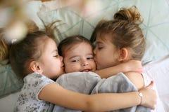 Kuss für kleine Schwester lizenzfreie stockfotos