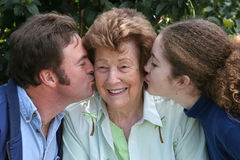 Kuss für Großmutter Stockfoto