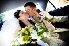 Kuss im Auto Stockfotos