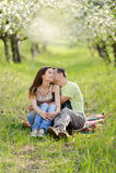 Kuss im Bloomy Garten Stockbilder