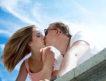 Kuss mit Neigung Lizenzfreie Stockfotos