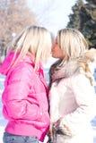Kuss mit zwei blonder Freundinnen Lizenzfreie Stockfotografie
