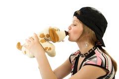 Kuss-Spielzeughund des jungen Mädchens Lizenzfreies Stockfoto