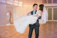 Kuss und junge Braut und Bräutigam des Tanzes Stockbild