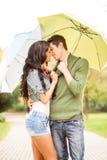 Kuss unter dem Regenschirm Stockfotos