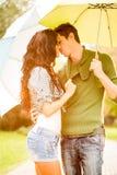 Kuss unter dem Regenschirm Stockfotografie
