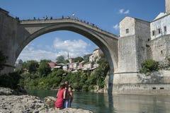 Kuss unter der Brücke stockbild