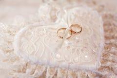 Kussen met trouwringen Stock Afbeelding