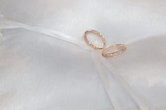 Kussen met trouwringen Stock Foto's