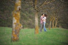 Kussend Aantrekkelijk Paar Stock Foto