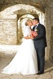 Kussend huwelijkspaar Royalty-vrije Stock Afbeeldingen