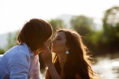 Kussend jongen en meisje Stock Foto