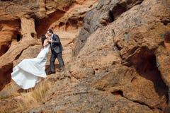 Kussend paar in de bergen Stock Foto's