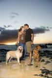 Kussend Paar met Honden bij het Strand Royalty-vrije Stock Foto