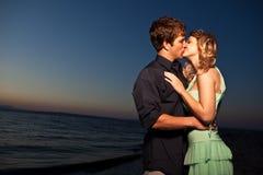 Kussend romantisch paar royalty-vrije stock foto's