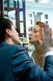 Kussende bruid en bruidegom Royalty-vrije Stock Afbeeldingen