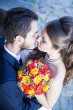 Kussende bruid en bruidegom van omhoog het schieten Stock Fotografie