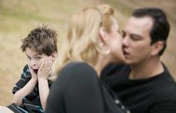 Kussende Volwassenen en Met afschuw vervulde Jongen stock foto