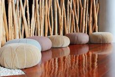 Kussenzetel in stille ruimte voor meditatie stock afbeelding