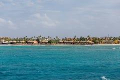 Kust- andelsfastigheter och semesterorter under palmträd Royaltyfria Bilder