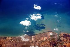 Kust av ön av Bali från ett flygplan royaltyfria bilder