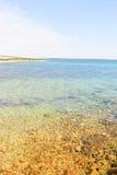 Kust av ön Pag som förbiser medelhavet Arkivfoto